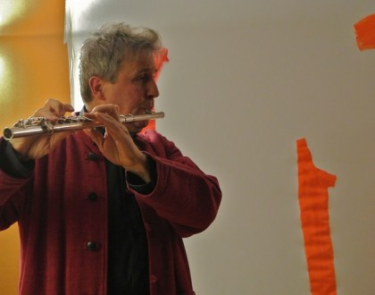 Ralph Nataf jouant de la flûte